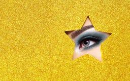 Глаз молодой красивой женщины с макияжем красоты стоковое изображение rf