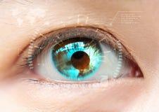 глаз сини близкий вверх Высокая технология футуристическое : катаракта стоковая фотография