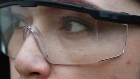 Глаз с стеклами видеоматериал