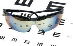 глаз экзамена диаграммы над солнечными очками Стоковые Изображения RF