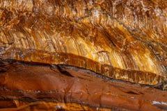 Глаз ` s тигра макроса минеральный каменный в породе на белом backgrou Стоковое Фото