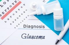 Глаукома диагноза офтальмологии Диаграмма глаза Snellen, 2 бутылки лекарств падений глаза лежа на тетради с надписью Стоковая Фотография RF