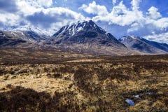 Глен Coe: Красивый pyramidal пик Mor Buachaille Etive в гористых местностях Шотландии стоковое изображение rf