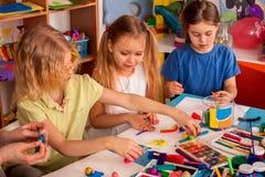 Глина моделирования пластилина в классе детей Учитель учит в школе Стоковая Фотография RF