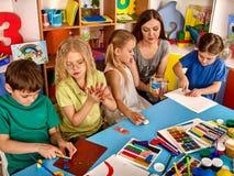 Глина моделирования пластилина в классе детей Учитель учит в школе Стоковые Изображения RF