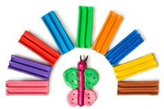 Глина производит бабочку сделанную малым ребенком под дугой кирпичей пластилина стоковые изображения
