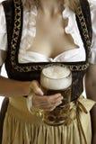 глиняная кружка баварской девушки пива oktoberfest Стоковые Фотографии RF