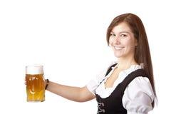 глиняная кружка красивейшего пива oktoberfest запруживает женщину Стоковое Изображение
