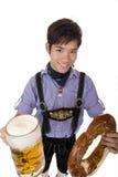 глиняная кружка кренделя массы человека пива oktoberfest Стоковые Фото