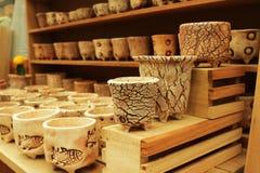 Глиняные горшки для засаживать деревья, с много терракотовых баков как запачканная предпосылка стоковая фотография rf