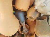 Глиняные горшки другого цвета в куче, текстуры предпосылки стоковые фотографии rf