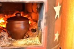 Глиняный горшок в печи Стоковые Изображения RF