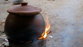 Глиняный горшок на плите с дымом сток-видео