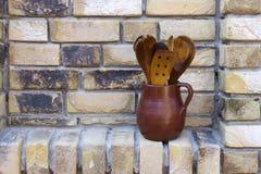 Глиняный горшок с деревянным столовым прибором Стоковое Изображение RF