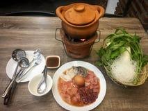Глиняный горшок с мясным блюдом и овощем еда тайская детеныши женщины штока портрета изображения Стоковая Фотография RF
