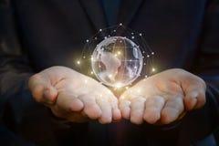 Глобальная вычислительная сеть в ладонях рук Стоковые Изображения RF