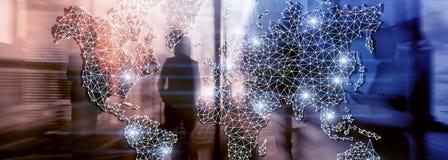 Глобальная сеть двойной экспозиции карты мира Радиосвязь, международный интернет дела и концепция технологии стоковые изображения