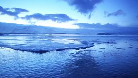 Глобальное потепление влияет на ледниковое озеро Jokulsarlon в Исландии Заход солнца во время сезона зимы сток-видео