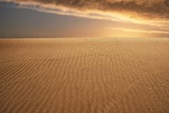 глобальное потепление принципиальной схемы Сиротливые песчанные дюны под драматическим небом захода солнца вечера на ландшафте пу Стоковые Изображения