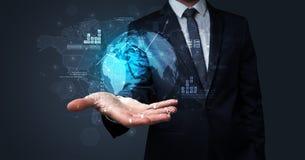 Глобальный интернет используя концепцию с бизнесменом стоковая фотография rf