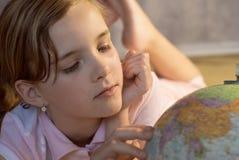 глобус девушки славный стоковая фотография rf