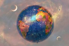 Глобус земли с звездами и межзвёздным облаком фона Стоковое Изображение RF
