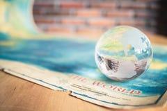 Глобус Кристл на карте мира стоковые фото
