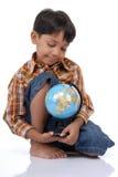 глобус мальчика немногая Стоковое Фото