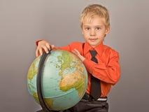 глобус мальчика поворачивает кого стоковое изображение rf
