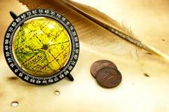 глобус пера монеток старый Стоковое Изображение