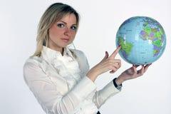 глобус показывает детенышей женщины стоковое фото rf