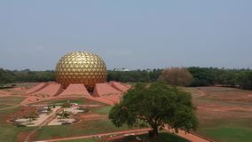 Глобус Auroville Индия Matrimandir золотой сток-видео