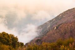 Глубина долины покрытой облаками стоковое фото rf