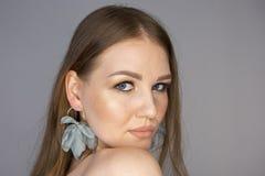 Глубина поля красивого портрета женщины волос белокурого курчавого женского ограниченная стоковое фото