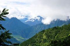 Глубокая верхняя часть горы в небе Стоковые Фотографии RF
