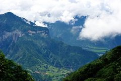 Глубокая верхняя часть горы в неб-близком Стоковая Фотография