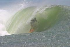 глубокая волна пробки серфера стоковое фото