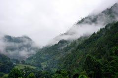 Глубокая гора в тумане утра Стоковое Изображение RF