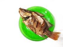 Глубокие зажаренные рыбы на зеленом блюде, белой предпосылке Стоковая Фотография