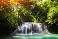 глубокий водопад kanchanaburi пущи стоковые фотографии rf