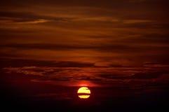 глубокий заход солнца красных цветов Стоковое Изображение