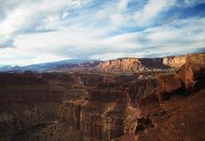 Глубокий каньон в пустыне стоковые фото