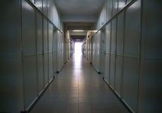 Глубокий коридор больницы или склада световой луч стоковые фото