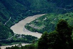 Глубокий поворот реки u круглый зелеными mountians Стоковое Фото