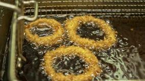 Глубокий fryer с кипя луком масла красным Большой, глубокий контейнер fryer для жарить лук еды Ресторан в обваливать в сухарях гл сток-видео