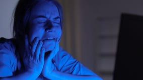 Глубоко плача женский доктор работая на ноутбуке, депрессии после терпеливой смерти видеоматериал