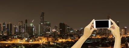 Глумитесь вверх для рекламировать с зданием Бангкока на nighttime стоковое фото rf