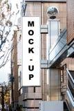 Глумитесь вверх по вертикальному знамени на стене здания Стоковая Фотография RF