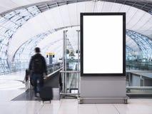Глумитесь вверх по коробке средств массовой информации знамени светлой с зданием авиапорта людей Стоковое Изображение RF