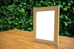 Глумитесь вверх по пустой белой рамке стоя на деревянной таблице в restaura бара стоковые фото